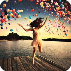 """""""A ciência também traz outros aspectos que influenciam nas atividades cerebrais que promovem a felicidade como, por exemplo, atividades a céu aberto com temperaturas amenas por cerca de 20 minutos. Ou, então, levar uma vida saudável (exercícios físicos regulares, alimentação balanceada, horas adequadas de sono) faz com que as pessoas sejam 20% mais felizes. Ambos exemplos são explicados pela liberação de proteínas e endorfinas, assim como a serotonina, faz com que nós percebamos o ambiente…"""
