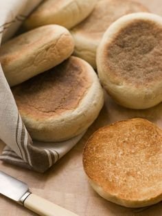 Make your own English Muffins for an exceptional homemade crusty on the outside yet perfectly moist and rough-textured on the inside. These homemade delights freeze well for cheap breakfast or homemade mini-pizzas Homemade English Muffins, Bread Recipes, Cooking Recipes, English Food, English Recipes, Bread Baking, Food To Make, Breakfast Recipes, Yummy Food