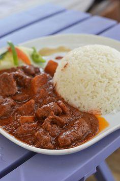 Gambiaans recept: Chicken Domoda - OhMyFoodness De Aubergine weggelaten, maar met de stukjes aardappel en wortel een heerlijk gerecht!