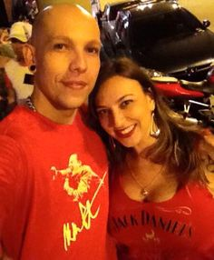 O casal Thiago Rinnaldi e Daniela Pessotti curtindo a noite com suas camisetas da Sow. Muito estilo!