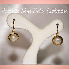 0e4a55bdf4b2 Aretes para niña elaborados en oro de 18 quilates con perlas cultivadas.