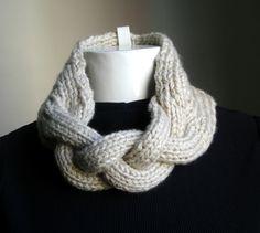 Gola em tricot. Confeccionada em lã, pode ser feita da cor que você escolher.
