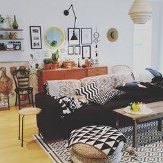 Rara @lemockingbird undrade om jag ville visa en favorit bild..å j visst vill jag det!!! Bilden är som det ofta ser ut hos oss med ..doggen i soffan #funkishusinredning #home #inredningsdetaljer #interior4you #finthemma #interiørmagasinet#teakskänk #tavelvägg #gröntärskönt #grönaväxter #gultärintefult  #interior_september #interiorwarrior #pläd #houseofrym #grönaväxter