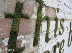 How to Make Moss Graffiti. Creating living, breathing moss graffiti is an eco-friendly and exciting way to make art! Also called eco-graffiti or green graffiti, moss graffiti replaces spray paint, paint-markers or other such toxic. Diy Garden, Dream Garden, Garden Art, Garden Landscaping, Garden Ideas, Garden Boxes, Fence Ideas, Terrace Garden, Graffiti En Mousse