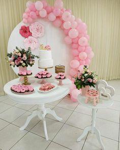 A imagem pode conter: flor Balloon Decorations, Birthday Party Decorations, Birthday Parties, Dessert Table Decor, Hello Kitty Themes, Ballerina Cakes, Hello Kitty Birthday, Flower Backdrop, Gold Party
