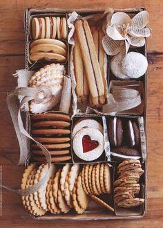 Holiday baking  70 ideas for holiday cookies packaging food gifts Un Cookie Gifts, Food Gifts, Cookie Tray, Cookie Display, Cookie Gift Boxes, Cookie Ideas, Christmas Goodies, Christmas Treats, Diy Christmas