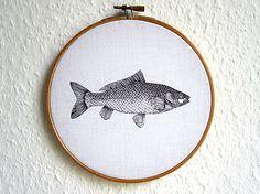 Der Fisch schwimmt auf einem vintage Stoff aus den 1950er Jahren. Das Bild ist in einen Stickrahmen aus Holz eingespannt. Eine schöne Wanddekoration jenseits der traditionellen Dinge. —————— Größe/Maße Durchmesser ø ~ 15 cm Verwendete Materialien Baumwolle, Stickrahmen