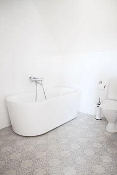 szara płytka cementowa w białej łazience