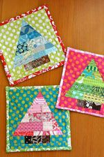 Patchwork Trees quilt tutorial found and paper piecing pattern in Quilting Arts Gifts Christmas cuteness! Small Quilts, Mini Quilts, Fabric Crafts, Sewing Crafts, Christmas Sewing Projects, Christmas Quilting, Christmas Sewing Gifts, Cute Sewing Projects, Quilted Potholders