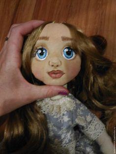 Если вас, как и меня, совсем недавно захватило изготовление текстильных кукол своими ручками, то вы по адресу! Я страдаю кукломанией пару-тройку месяцев. Итак, читала, смотрела, и решила поделиться с новичками информацией. Мастером себя не называю, я только учусь! Но если мой блог кому-нибудь пригодится, буду счастлива. Т.к. я не имею никакого спец образования (ни художественного, ни курсы кройки и т.п.…