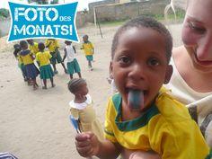 Foto des Monats Juni 2014!  Ein blauer Engel mit Melissa in ihrem #Freiwilligenprojekt Sozialarbeit mit Kindern in #Ghana