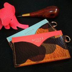 Sweet tender with a cool looks. 3 slots card case: Camouflage + Alran Rose Jaipur. Camouflage + Alran Tiffany Blue.