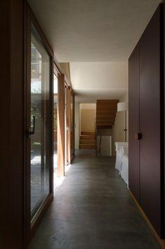 玄関から見る。左に中庭。家の中に入るとすぐに、心地良い静けさと質感とが感じられる。