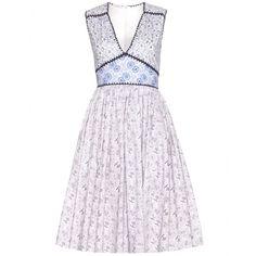 Miu Miu - Printkleid aus Baumwolle - Miu Mius Kleid aus luftiger Baumwolle ist mit seiner Liaison aus verschiedenen, filigran wirkenden Floralprints und einer harmonischen Farbklaviatur in Violett und Blautönen ein feminines Essential, das zum Favoriten des Sommers avancieren wird. Stilvoll abgerundet wird der Look durch Kanten aus Häkelstrick, die die Schnittführung geschickt hervorheben. seen @ www.mytheresa.com