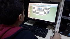 """Bir nesneyi 3 boyutlu düşünerek modelleyebilmesi, öğrencilerin matematiksel ve analitik becerileri ile yaratıcılıklarını geliştirir. """"SketchUp Programı"""" ile öğrenciler rahatlıkla 3 boyutlu çizimler yapabilirler. Bu program ile bir mobilyadan taşıta, oda tasarımından ev çizimine kadar farklı boyut ve desenlerde 3 boyutlu modellemeler yapmak mümkündür. Eğitimi verilen bu program sayesinde öğrencilerde mekânsal farkındalık oluşturmakta hedeflenir."""