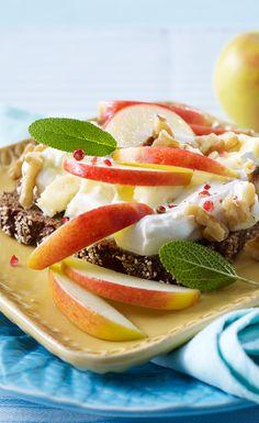 Brot, Apfel, Quark, Käse und Walnüsse - fertig ist der gesunde Morgensnack!