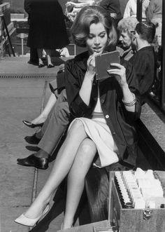 Jane Fonda se retoca los labios en el set de rodaje de Sunday in New York . Era 1963. © Getty Images