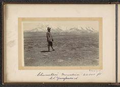 D.T. Dalton | Man op een vlakte met op de achtergrond de berg Chumahlari (7315 m), D.T. Dalton, 1903 - 1906 | Het object is voorzien van een tweede handgeschreven onderschrift waarin de afgebeelde man aangeduid wordt als Kolonel Younghusband. Francis Younghusband was de leider van de Britse veldtocht in Tibet (1903-1904). Onderdeel van Fotoalbum met 24 foto's van de reis van legertelegrafist D.T. Dalton door Tibet.