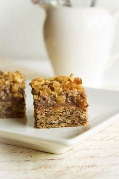 Mod de preparare Prajitura din albusuri cu nuci caramelizate: Blat:  Albusurile se bat spuma tare cu un praf de sare. Se adauga zaharul si esenta de vanilie