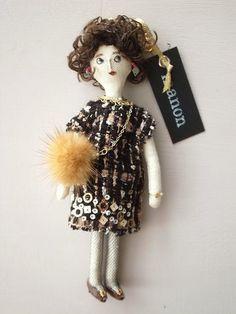 ツイード素材の服を着た女の子のチャームです。 黒地に様々な糸が織り込まれたツイード素材のドレスには裾にスパンコール 刺繍を施してあります。編みタイツでちょっぴ...|ハンドメイド、手作り、手仕事品の通販・販売・購入ならCreema。