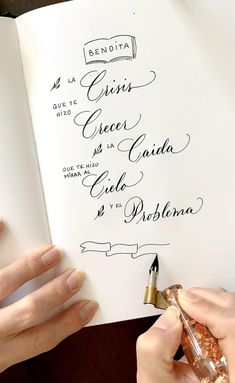 No esperes más y aprende a escribir bonito Calligraphy Worksheet, Calligraphy Tutorial, Copperplate Calligraphy, Hand Lettering Tutorial, How To Write Calligraphy, Calligraphy Pens, Calligraphy Alphabet, Alphabet Writing Style, Writing Fonts