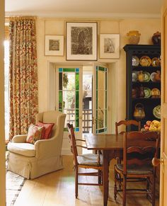 Traditional Dining Room in London, GB by Sibyl Colefax & John Fowler
