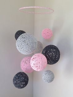 Marbled baby pink, marbled light grey, and dark grey yarn ball baby mobile - I love this as a decoration, so awesome! Diy Home Crafts, Yarn Crafts, Crafts For Kids, Arts And Crafts, Diy Crafts To Sell Cheap Easy, Teen Summer Crafts, Diy Crafts For Bedroom, Diy Wall Decor For Bedroom, Diy Y Manualidades