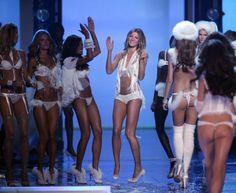a6780813fc9 Gisele Bundchen Photos - The Victoria's Secret Fashion Show - Runway.November  - Gisele Bundchen Photos - 4326 of 4719