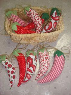 Jeito de Casa: Pimentas de tecido... http://www.jeitodecasa.com/2010/06/pimentas-de-tecido.html