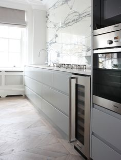 grey and white kitchen, marble splashback www.peekarchitecture.co.uk photo alex maguire
