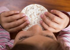 Ungesüßt, handlich und nicht klebrig: Reiswaffeln sind beliebte Snacks.