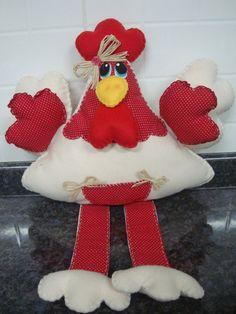Galinha feita em feltro e tecido. Linda... Ideal para enfeitar sua cozinha. Com pesinho de areia para a galinha poder ficar sentada, também pode ser feita sem o peso e com argolinha atrás para poder ficar pendurada.