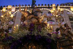 Fiestas de moros y cristianos Alcoy. Imagen de San Jorge en procesion