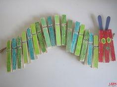 DIY: Rupsje Nooitgenoeg Kleur zeventien knijpers aan één kant in met verschillende tinten groen en maak drie knijpers rood.