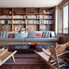 une banquette à tiroirs prolonge la bibliothèque (remplir de coussins, plaid)
