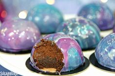 Galaxy Mousse Cakes - mini chocolate mousse cakes on a brownie base, with a gorgeous galaxy-inspired mirror glaze on top! Mousse Dessert, Chocolate Mousse Cake Filling, Chocolate Dome, Cake Chocolate, Fancy Desserts, Köstliche Desserts, Chocolate Desserts, Delicious Desserts, Glaze For Cake