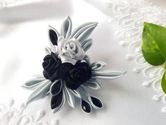 Kanzashi Flowers, Soutache Jewelry, Ribbon Crafts, Badge Holders, Fabric Flowers, Crochet Stitches, Diy And Crafts, Bouquet, Bows