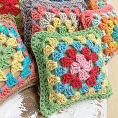 Ideas Chunky Yarn Cute Crochet Hooks by Lori Holt of Bee in my Bonnet Crochet Blocks, Granny Square Crochet Pattern, Crochet Granny, Cute Crochet, Crochet Gifts, Quilt Patterns, Crochet Patterns, Beginning Crochet, Beginner Crochet Tutorial