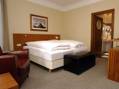 Hotel/Zimmer Bed, Furniture, Home Decor, Hotel Bedrooms, Stream Bed, Interior Design, Home Interior Design, Beds, Arredamento