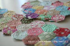 퀼트 / 손바느질 / 퀼트가방 / 핸드메이드 ] 알록달록 76조각 가방~~~ : 네이버 블로그 Patchwork Patterns, Patchwork Bags, Quilted Bag, Patchwork Ideas, Hexagon Quilt, Hexagons, Textiles, English Paper Piecing, Japanese Fabric