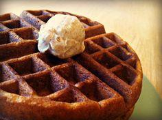Gingerbread Waffles w: Cinnamon Butter + MORE Christmas Breakfast Recipes! Cinnamon Waffles, Cinnamon Butter, Pancakes And Waffles, Yummy Waffles, Homemade Waffles, Honey Butter, Christmas Morning Breakfast, What's For Breakfast, Breakfast Recipes