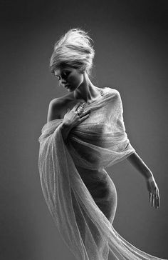 Photography Poses : totally elegant classic greek-style muse pose/garment (via black-white-madness. Glamour Photography, Portrait Photography, Fashion Photography, Implied Photography, Boudoir Photography Poses, Boudoir Photos, Artistic Photography, Fashion Fotografie, Foto Portrait