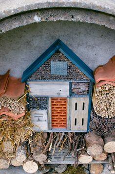 Insektshotell integrert i et større insektshotell...