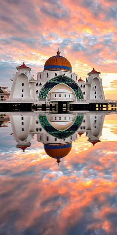 While in Malaysia, you absolutely must pass through Malacca and visit the Malacca Straits Mosque / olokosmon / temple / mosquée / dôme / monument / architecturegrandiose Beautiful Mosques, Beautiful Buildings, Beautiful Places, Beautiful Pictures, Kuala Lumpur, Malaysia Travel, Asia Travel, Singapore Malaysia, Malaysia Tourism