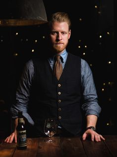 I like this look! The vest and rolled up sleeves look cool-- Gentleman Bartender Fashion Moda, Work Fashion, Mens Fashion, Bartender Uniform, Waiter Uniform, Work Uniforms, Staff Uniforms, H M Men, Cocktail Attire