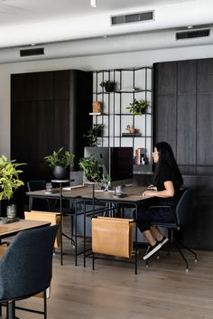 Cool Office Space, Office Space Design, Modern Office Design, Small Office, Office Interior Design, Office Interiors, Interior Designing, Dark Furniture, Office Furniture