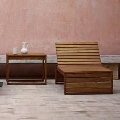 Kompromisslos stabil konstruiert die dänische Architektin Bodil Kjær die Liege der Gartenmöbel-Serie. Die auf Abstand verlegten Latten lassen das Regenwasser abfließen, sind aber trotzdem angenehm eng gesetzt. Die Rückenlehne lässt sich von der planen Liege als »Daybed« bzw. breite Bank bis zu einem nahezu aufrechten Sitzen verstellen. Carl Hansen liefert zu der BK14 Sonenliege separat einen Beistelltisch sowie passende Sessel und Sofas.