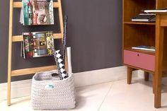 Uma escadinha para usar de revisteiro e um cesto de crochê para organizar livros e muitas outras coisas. Organizar o Home Office. Escritório organizado. Caixa Organizadora em Crochê Bali - Branca. Mulheres de Mafra. Dica de Organização