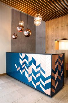 Gorgeous hotel lobby design with coppery details and blue reception Modern Reception Desk, Reception Desk Design, Office Reception, Reception Counter, Reception Table, Salon Reception Desk, Lobby Reception, Modern Desk, Reception Areas