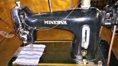 Máme tu další nádherný šicí stroj. tentokrát se jedná o značku Minerva. Stroj je v perfektním stavu a plně funkční.